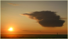 Фотография заката Солнца и странной тучи