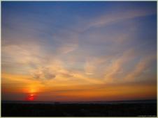 Закаты. Перистые облака на синем небе