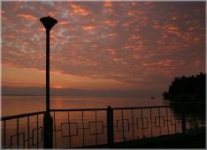 Вечерний пейзаж. Закат на море. Красный закат. Фонарь на фоне неба. Красивые фото закатов