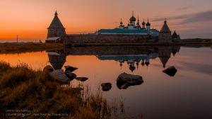 Соловецкий монастырь и Святое озеро. Вечернее фото