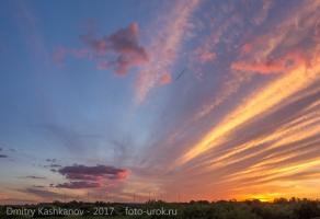 Излучение антенного поля. Вечерние облака, расходящиеся от антенн