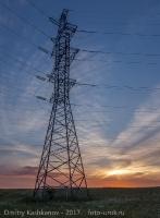 Высоковольтная вышка на фоне вечернего неба. Фото
