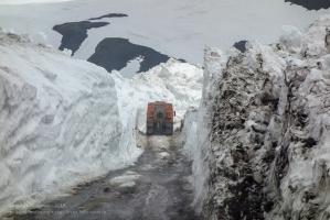 Камчатка. Дорога в горы через снежный коридор