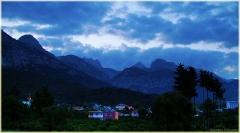 Горы фото высокого разрешения. Поселок у подножья синих гор