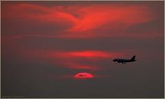 Тень от самолета на закатном Солнце