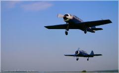 Два самолета взлетают. Фотографии самолетов в небе