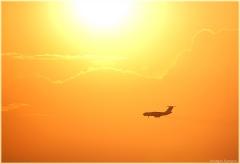 Фотография самолета заходящего на посадку. ИЛ-76 на фоне заката