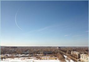 След от самолета на небе. Поворот