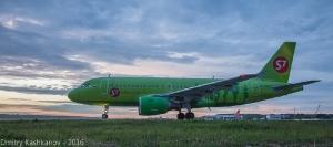 Самолет S7 перед взлетом. Фото