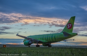 Самолет компании S7 на взлетной полосе. Фото