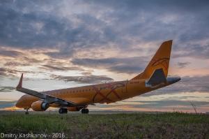 Самолет Embraer 190 готовится к взлету. Фото вечернего аэропорта