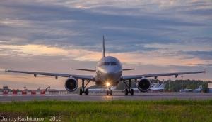 Самолет выруливает на взлетную полосу. Фото