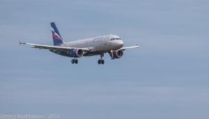 Фото самолета, заходящего на посадку