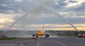Арка. Встреча в аэропорту самолета новой авиакомпании. Фото