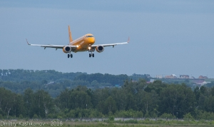 Самолет Embraer 190 заходит на посадку. Фото