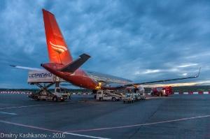 Обслуживание самолета Ту-204 компании Red Wings в аэропорту. Ночное фото