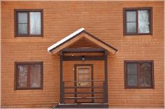 Стена деревянного дома. Крыльцо и окна