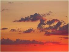 Легкие перистые облака на закате. Летний закат. Фото неба и облаков