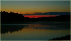 Ночной пейзаж с озером и плавающими свечами