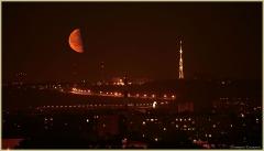 Восход большой луны над городом. Фотографии луны
