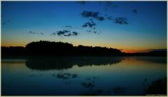 Ночной пейзаж. Тишина. Плавающие свечи в озере