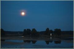 Наступает ночь. Затишье. Пейзаж с луной и озером