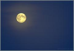 Фото луны на синем небе в легких облаках