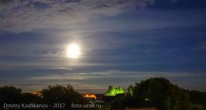 Фотография Луны и Юпитера на облачном небе