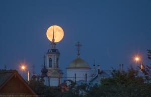 Фото полной Луны над Суздалем