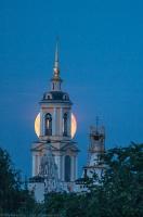 Полная Луна за колокольней. Фото