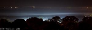Ночная панорама с туманом, подсвеченным огнями стадиона