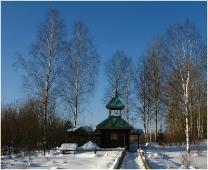 Зимний пейзаж с колодцем. Березы на фоне синего неба