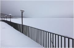 Зимнее фото. Набережная. Черный металлический забор