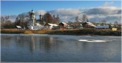 Церковь в Старково. Первый лед на озере. Фото начало зимы