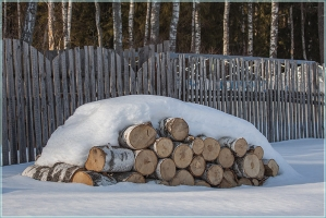 Зимняя зарисовка. Березовые дрова под снегом