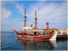 Морской пейзаж. Корабль у пирса