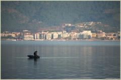 Турецкий рыбак на фоне утреннего Мармариса. Утренний клев