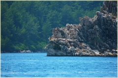 Пляжи Турции. Морской залив со скалами. Чистая вода Средиземного моря