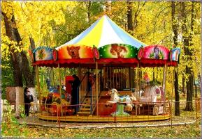 Детская карусель в автозаводском парке. Осенние фото