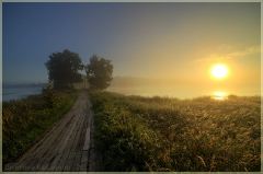 Необычное фото. Восход солнца над озером