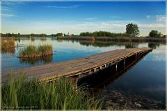 Мостки над озером. Деревенский пейзаж