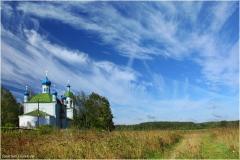 Дорога мимо церкви. Летние пейзажи