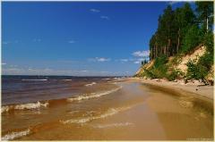 Волны Горьковского моря. Песчаный пляж и сосны