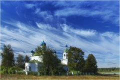 Красивый летний пейзаж с перистыми облаками и церковью
