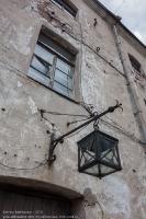Старинный фонарь на стене во внутреннем дворе Выборгского замка
