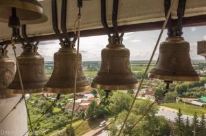 Фотографии Суздаля. Церковная колокольня. Много колоколов