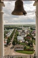Фото церковного колокола на фоне города. Суздаль