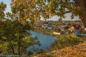 Осень в Суздале. Река Каменка и желтые листья. Фото 2015 года