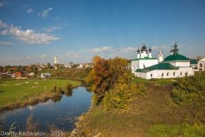 Вид с кремлевского земляного вала на реку Каменку. Суздаль