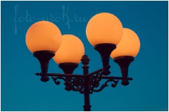 Фотография желтых фонарей на фоне темно-синего неба